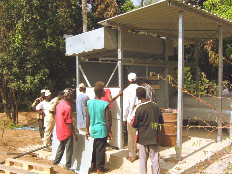 Artisans guinéens installant une unité HYDROPUR. Guinean workers installing a HYDROPUR unit.
