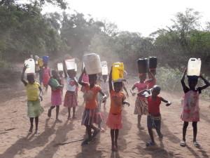 Enfants réalisant la corvée d'eau dans la Province de Gaza (Mozambique).